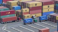 Sejumlah truk peti kemas di area JICT Tanjung Priok, Jakarta, Selasa (18/10). BPS mencatat, nilai ekspor  September 2016 sebesar US$ 12,51 miliar, turun 1,84% dibanding bulan sebelumnya dan turun 0,59% (yoy). (Liputan6.com/Angga Yuniar)