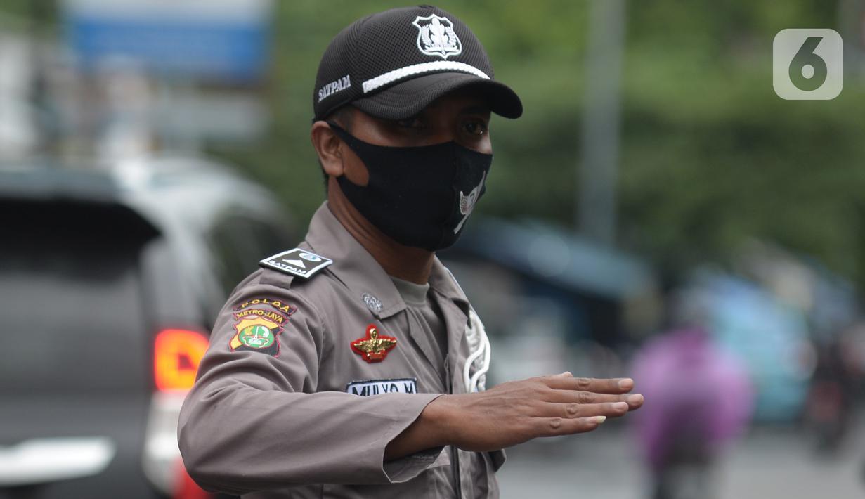 Seorang Satuan Pengamanan (Satpam) saat bertugas di salah satu perkantoran kawasan Jakarta, Selasa (16/2/2021). Seragam baru berwarna cokelat mirip seragam polisi tersebut untuk memuliakan Satpam dan menjadikan unsur pengamanan menjadi bagian penting dalam suatu aktivitas. (merdeka.com/Imam Buhori)