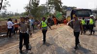 Polisi mengamankan lokasi kecelakaan maut di ruas Tol Cipularang Kilometer 92, Purwakarta, Jawa Barat, Senin (2/9/2019). Kecelakaan maut Cipularang melibatkan 21 kendaraan. (Liputan6.com/HO/Humas Polda)
