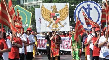 Umat lintas agama melakukan gerak jalan menyambut Pemilu 2019 di kawasan Car Free Day, Jakarta, Minggu (21/10). Acara bertema 'Kerukunan Umat Beragama' ini digelar oleh Kementerian Agama dan seluruh instansi berbagai agama. (Merdeka.com/ Iqbal S. Nugroho)