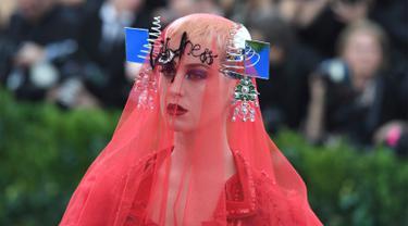 Penyanyi, Katy Perry saat menghadiri Met Gala 2017 di Metropolitan Museum of Art, New York (1/5). Ajang tersebut merupakan kesempatan bagi para selebritas Hollywood untuk unjuk gigi memamerkan penampilan terbaiknya. (AFP Photo/Angela Weiss)
