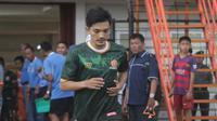 Mantan pemain Persiba Bantul, Slamet Widodo, diperkenalkan sebagai penggawa PS Tira, Minggu (18/3/2018). (Bola.com/Ronald Seger Prabowo)