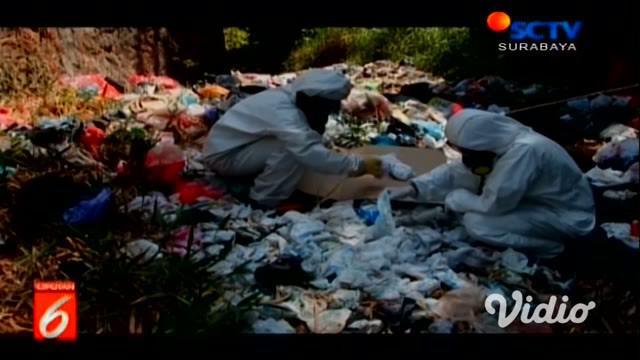 Ribuan sampah popok di sungai Desa di kawasan Mojokerto, Jawa Timur, menumpuk dan tak bisa hanyut akibat menyusutnya air sungai karena kemarau.