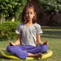 Ilustrasi yoga pada anak (Foto: unsplash.com/Jyotirmoy Gupta)