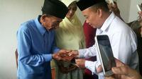 Kakek Badu dan Ika Nurjannah saat berada di KUA Baula Kabupaten Kolaka Sulawesi Tenggara. Foto: (Ahmad Akbar Fua/Liputan6.com)