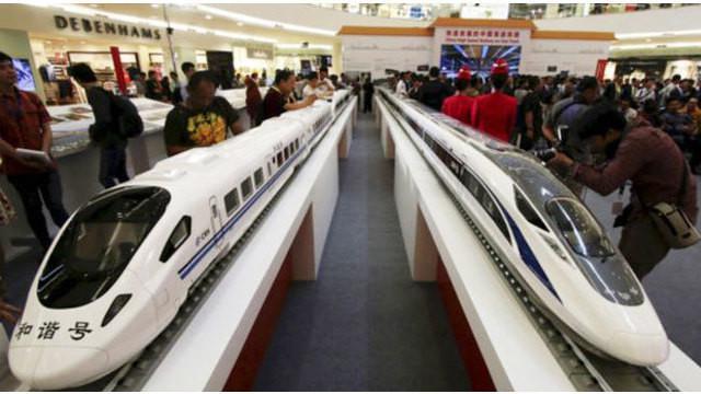 Presiden Joko Widodo meminta agar pembangunan kereta api cepat Jakarta-Bandung diawasi lembaga penegak hukum. Jokowi juga meminta agar pembangunan dilakukan sesuai prosedur yang benar.