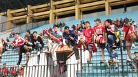 Sejumlah pendukung Persija Jakarta, hadir menyaksikan langsung pertandingan melawan tuan rumah PSIS Semarang di Stadion Moch Soebroto, Magelang, Minggu (26/5/2019) malam. (Bola.com/Vincentius Atmaja)  Attachments area