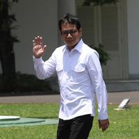 CEO NET Televisi Wishnutama melambaikan tangan saat tiba di Kompleks Istana, Jakarta, Senin (21/10/2109). Kedatangan Wishnutama berlangsung jelang pengumuman menteri Kabinet Kerja Jilid II oleh Presiden Joko Widodo atau Jokowi. (Liputan6.com/Angga Yuniar)