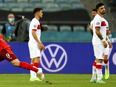 Pemain Swiss Haris Seferovic (kiri) merayakan gol ke gawang Turki pada pertandingan Grup A Euro 2020 di Stadion Olimpiade Baku, Baku, Azerbaijan, Minggu (20/6/2021). Swiss menang 3-1. (Ozan Kose/Pool via AP)