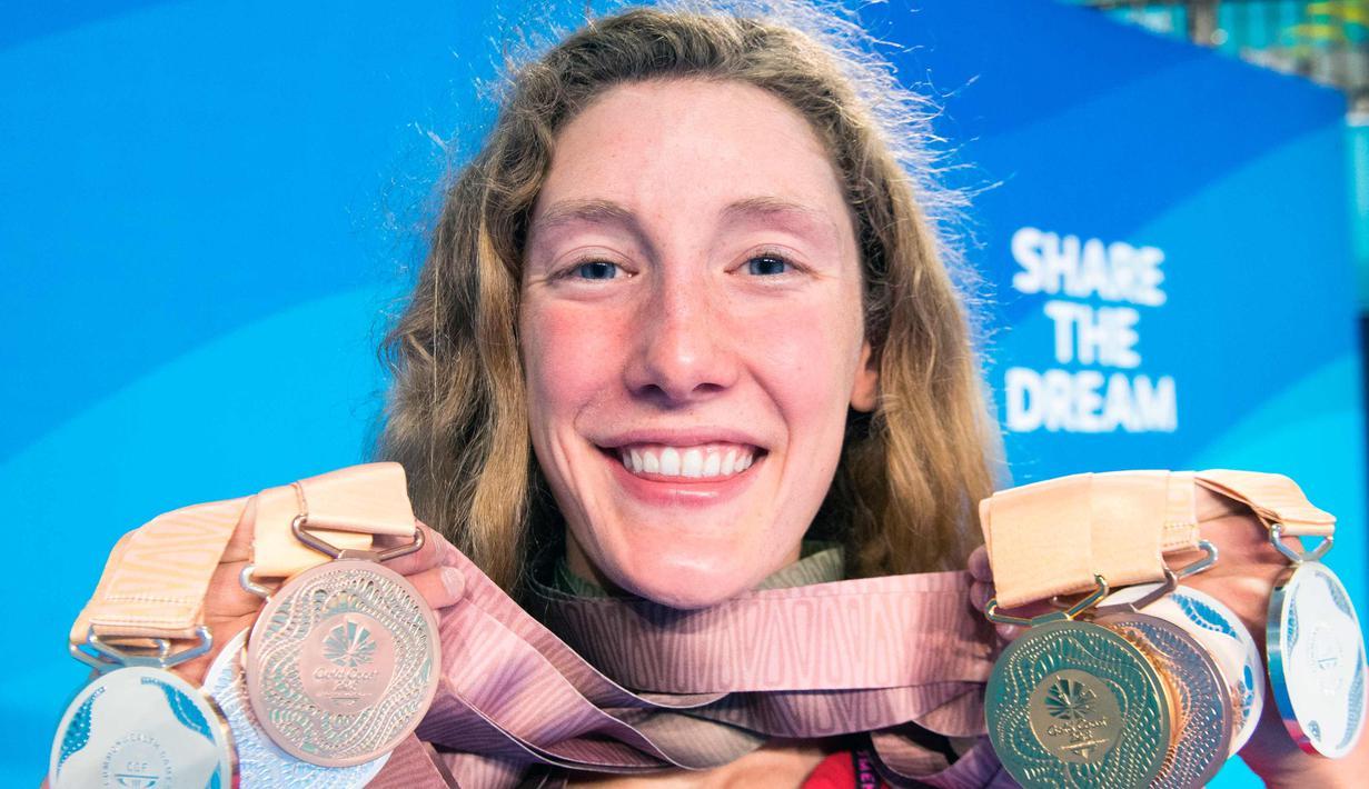 Ruck Taylor asal Kanada tersenyum saat menunjukkan delapan medali renangnya di Commonwealth Games 2018 di Gold Coast, Australia (10/4). Perenang 17 tahun ini sukses meraih delapan medali pada kejuaraan tersebut. (AP Photo/Ryan Remiorz)