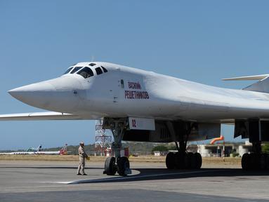 Pesawat pengebom jarak jauh Rusia jenis TU-160 ketika mendarat di Bandara Internasional Simón Bolívar, dekat Caracas, Senin (10/12). Rusia mengerahkan empat pesawat militer ke Venezuela untuk mengikuti latihan gabungan kedua negara. (Federico PARRA / AFP)