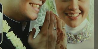 Pasangan Indra Bekti dan Aldila Jelita pertama kali ketemu di Bandara Kuala Lumpur, Malaysia pada 2007. Indra yang meminta nomor telpon, lantas mengirim pesan, pada Dila sesampainya di Jakarta. (Bintang.com/Repro: Nurwahyunan)