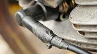 Agar tidak tembus air, busi bisa diikat dengan isolasi khusus (Foto: mpm-motor.co.id)