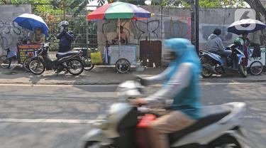 Kendaraan melintasi penjahit di kawasan Lenteng Agung, Jakarta, Sabtu (12/06/2021). Berdasarkan data Kemenko Perekonomian per 8 Juni 2021, presentase realisasi anggaran program Pemulihan Ekonomi Nasional (PEN) 2021 masih cukup rendah. (Liputan6.com/Herman Zakharia)