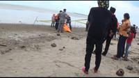 Penemuan jasad dalam karung di pantai Karibea (Liputan6.com/Yandhi Deslatama)