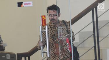 Rektor UIN Sunan Ampel, Masdar Hilmy berjalan keluar usai menjalani pemeriksaan di Gedung KPK, Jakarta, Senin (17/6/2019). Masdar Hilmy diperiksa sebagai saksi terkait kasus seleksi jabatan di lingkungan Kementerian Agama tahun 2018-2019 untuk tersangka Romahurmuziy. (merdeka.com/Dwi Narwoko)
