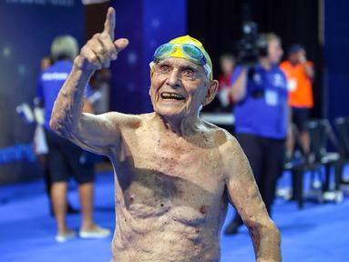 George Corones dari Australia menunjuk ke kolam Gold Coast Aquatic Centre di Gold Coast, Queensland (28/2). George Corones, berhasil memecahkan rekor dunia renang 50 meter dalam uji coba Commonwealth Games. (AFP/Swimming Australia)