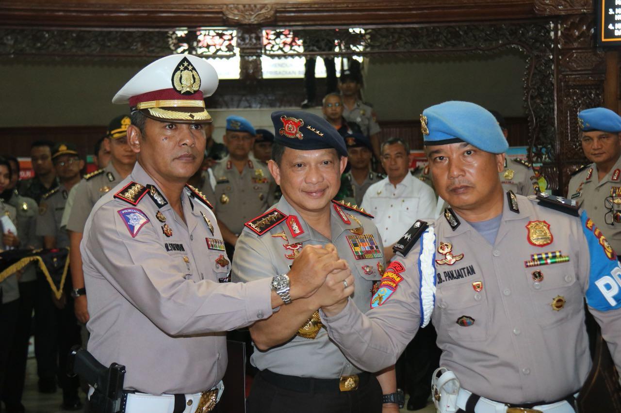 Kapolri beri penghargaan pada dua polisi yang tumbangkan empat terduga teroris di Riau. Foto: (M Syukur/Liputan6.com)