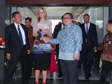Menteri PPN Bambang Brodjonegoro menyambut kedatangan Ratu Belanda Maxima di Kantor Bappenas, Jakarta, Kamis (1/9). Menteri Bambang dan Ratu Maxima melakukan pertemuan tertutup membahas mengenai keuangan inklusi. (Liputan6.com/Angga Yuniar)