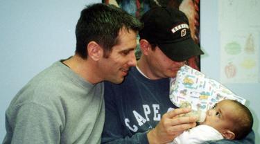 Pasangan kekasih yang mengadopsi bayi