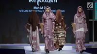 Model mengenakan busana rancangan desainer Iffah M Dewi saat tampil dalam Muslim Fashion Festival 2018 di Jakarta, Jumat (20/4). Iffah M Dewi menampilkan rancanganya dengan tema 'Rejodani'. (Liputan6.com/Faizal Fanani)