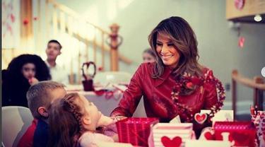 Melania Trump Berkujung ke Rumah Sakit Anak Saat Valentine