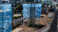Suasana proyek LRT di kawasan Kuningan, Jakarta, Senin (1/1). Sejumlah proyek infrastruktur lain di Ibukota, seperti proyek  Light Rail Transit tampak sepi aktifitas pengerjaan dikarenakan Libur Tahun Baru. (Liputan6.com/Faizal Fanani)