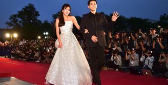 Jadi public figure memang mempunyai kelebihan dan kekurangan. Hal itu lah yang kini dirasakan oleh Song Joong Ki dan Song Hye Kyo. (JUNG YEON-JE/AFP)