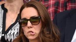 Meski dirinya disorot dunia, Kate Middleton tak sungkan memperlihatkan ekspresi yang apa adanya (Popsugar.com)