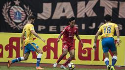 Gelandang Persija Jakarta, Novri Setiawan, berusaha melewati kepungan pemain Barito Putera pada laga Liga 1 di Stadion Patriot, Jawa Barat, Selasa (30/10). Persija menang 3-0 atas Barito. (Bola.com/Vitalis Yogi Trisna)