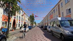 Di sejumlah tempat dengan gampang bisa menemukan ornamen-ornamen berbau Belanda dan Euro 2020. Salah satunya di kawasan Duindorp, Den Haag yang disulap menjadi kawasan serba jingga jelang Euro 2020. (Foto: Bola.com/Tito Sianipar)