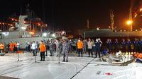 Penyelam dari TNI AL bersama tim SAR gabungan berhasil mengangkat serpihan besar dari mesin pesawat Sriwijaya Air SJ 182, Jumat (15/1/2021). (Liputan6.com/Ady Anugrahadi)