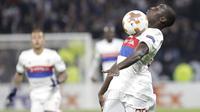 Aksi pemain Lyon, Ferland Mendy melakukan kontrol bola saat melawan Everton pada laga grup E Europe League di Groupama Stadium, Lyon, (2/11/2017). Everton kalah 0-3. (AP/Laurent Cipriani)