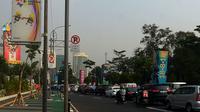 Penampakan jalur sepeda di kawasan Gelora Bung Karno (GBK), Jalan Asia Afrika, Jakarta, Selasa (31/7). Setidaknya ada 13 tiang yang menghalangi jalur sepeda di dekat Gate 1 GBK. (Merdeka.com/Imam Buhori)