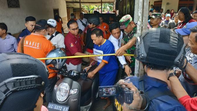 Tim Polda Jawa Timur menggelar rekontruksi 38 adegan pembunuhan guru tari dengan modus mutilasi. (Liputan6.com/ Dian Kurniawan)re