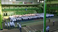 Siswa siswi SMA / SMK Islam Jepara mendapatkan seragam dari guru-gurunya sebagai upaya melawan pungli berkedok pembelian seragam. (foto: Liputan6.com / edhie prayitno ige)