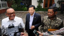 Ketua Umum Partai Golkar, Setya Novanto (tengah) bersama Idrus Marham dan Aburizal Bakrie memberi keterangan usai bertemu Presiden ke-3 RI, BJ Habibie di Jakarta, Selasa (14/6/2016). Pertemuan berlangsung secara tertutup. (Liputan6.com/Helmi Fithriansyah)