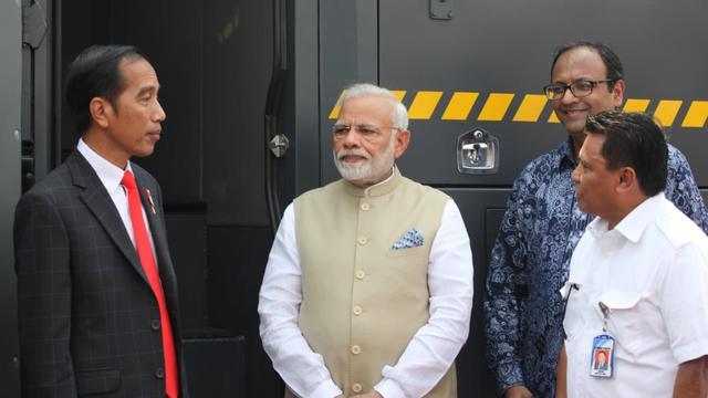 Presiden Jokowi bersama PM India melakukan kerja sama pertahanan dengan penandatanganan MoU antara Tata Motors dan Pindad