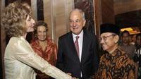 BJ Habibie bersama Duta Besar Jerman untuk Indonesia Norbert Baas dan Wakilnya Heidrun Tempel, saat peringatan 20 tahun penyatuan Jerman di Jakarta. (Antara)