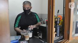 Ahmad Hilmy Almusawa meracik kopi di Mata Hati Koffie di Pamulang, Tangerang Selatan, Selasa (21/7/2020). Sejak pandemi corona ia tetap semangat berjuang mencari nafkah walau pendapatannya berkurang dari sebelum pandemi Rp 1 juta /hari kini Rp 200 hingga Rp 300 ribu/hari. (merdeka.com/Arie Basuki)