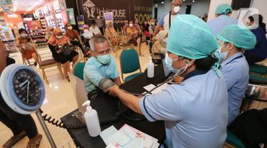 Vaksinasi Tenaga Pendidik dan Lansia di Mall