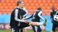 Penyerang Prancis, Antoine Griezmann melakukan pemanasan selama latihan di Yekaterinburg, Rusia, (20/6). Prancis akan menghadapi Peru paada pertandingan lanjutan grup C Piala Dunia 2018. (AP Photo / David Vincent)