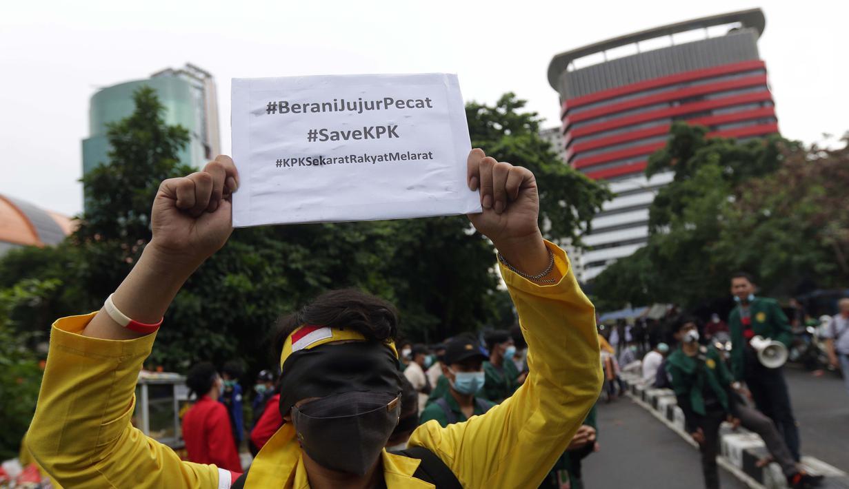 Mahasiswa yang tergabung dalam Aliansi BEM SI melakukan aksi unjuk rasa di kawasan Kuningan Persada sekitar Gedung Merah Putih KPK, Jakarta, Rabu (16/6/2021). Mereka menolak pelemahan KPK melalui TWK yang berujung penonaktifan 75 pegawai termasuk beberapa penyidik. (Liputan6.com/Helmi Fithriansyah)