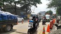 Jalan ambles di Jalan Daan Mogot, Kota Tangerang, arah menuju Jakarta Barat, sudah bisa dilalui kendaran sejak Kamis (16/1/2020) siang. (Liputan6.com/Pramita Tristiawati)