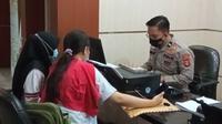 Dua orang wanita asal Kota Palembang Sumsel melapor ke SPKT Polda Sumsel, karena telah menjadi korban penipuan arisan online di medsos (Liputan6.com / Nefri Inge)