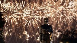Patung Presiden RI Pertama, Sukarno berlatar cahaya kembang api saat pembukaan Asian Games ke-18 di Stadion GBK, Jakarta, Sabtu (18/8). Pembukaan dihadiri Presiden RI, Joko Widodo dan berlangsung hingga 2 September. (Liputan6.com/Helmi Fithriansyah)