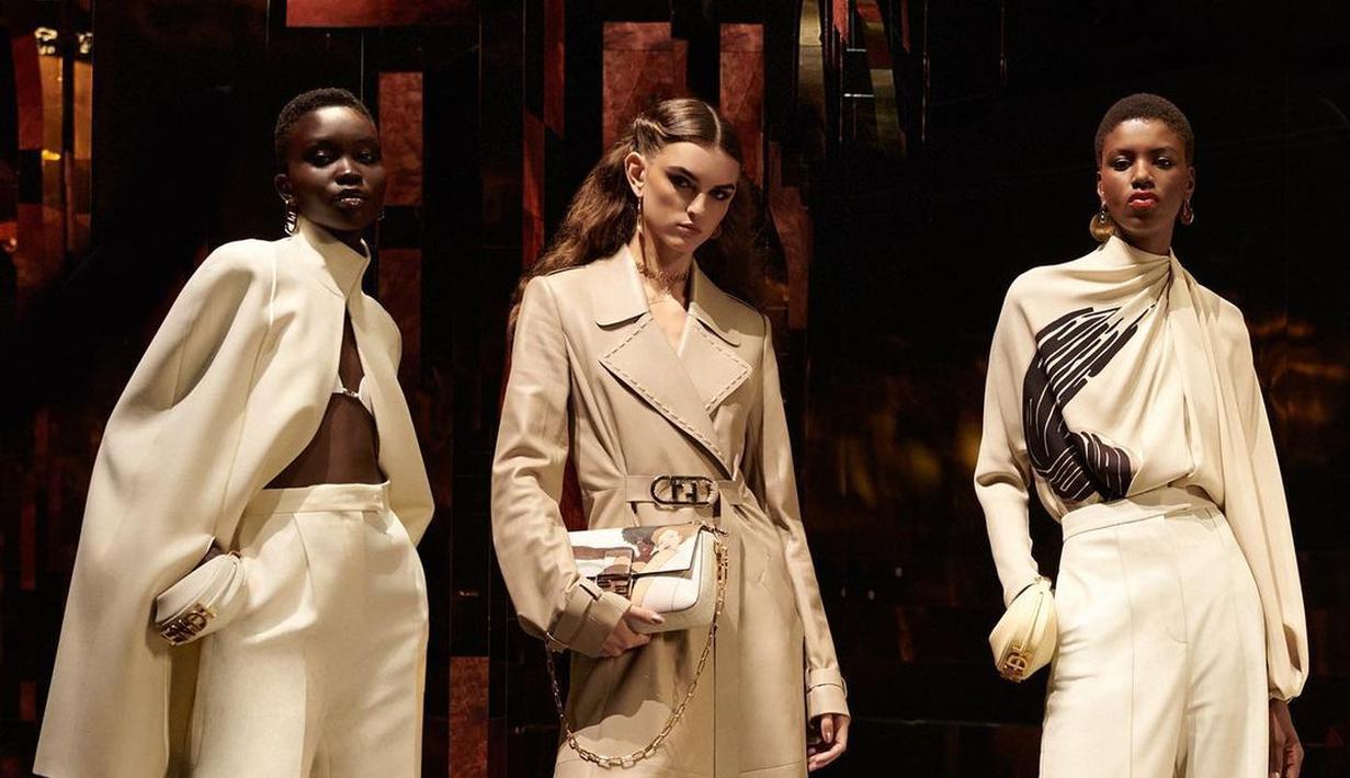 Fendi juga merilis koleksi berpotongan tutleneck. Kamu bisa memakai cape gaya ini untuk ke kantor agar tampil semakin stylish.