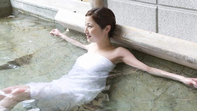 Mandi Berendam 10 Menit Di Air Hangat Manfaatnya Luar Biasa Beauty Fimela Com