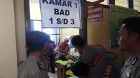 Jeritan para bocah itu membuat para polisi di Mapolres Bengkulu penasaran. (Liputan6.com/Yuliardi Hardjo Putro)