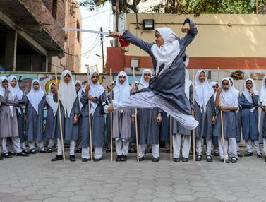 Aksi Gadis-Gadis Muslim India Bermain Pedang dan Tongkat